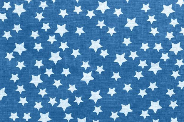 青いキャンバスの綿生地の質感に白い星