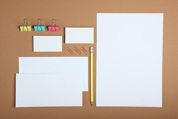 부드러운 색상의 배경에 흰색 문구 브랜딩 무대 레이아웃