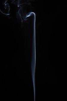 Белый дымящийся дым на черном фоне
