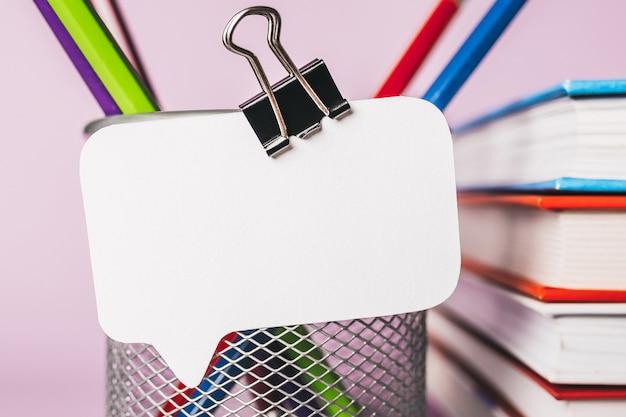 직장에 흰색 스티커, 책, 메모장 및 pensil. 복사 공간 사무실 보라색 표면에서 조롱