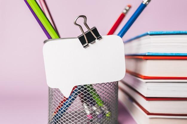 직장에 흰색 스티커, 책, 메모장 및 pensil