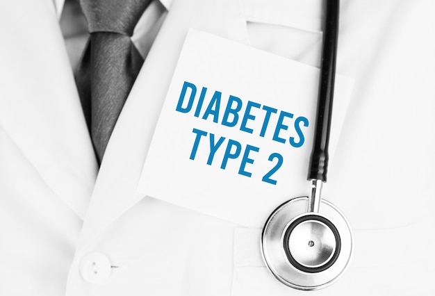 テキスト付きの白いステッカー聴診器で医療ローブの上に横たわっている2型糖尿病