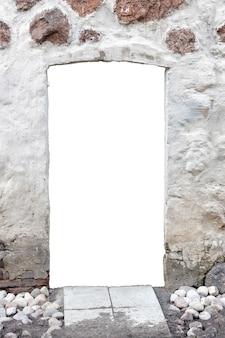 真ん中に穴のある白い石の壁。白い背景で隔離。壁の窓。垂直フレーム。高品質の写真