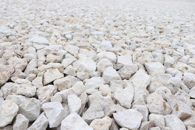 Белые камни на пляже в солнечный день