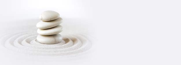 Белые камни валяются в песке. дзэн японский сад фоновой сцены. по горизонтали