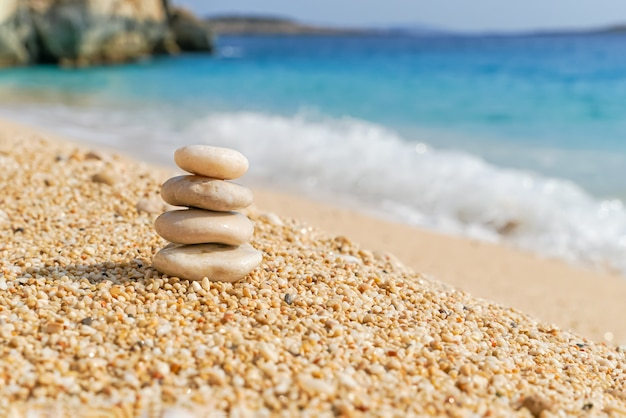 해변의 모래에 흰 돌 탑