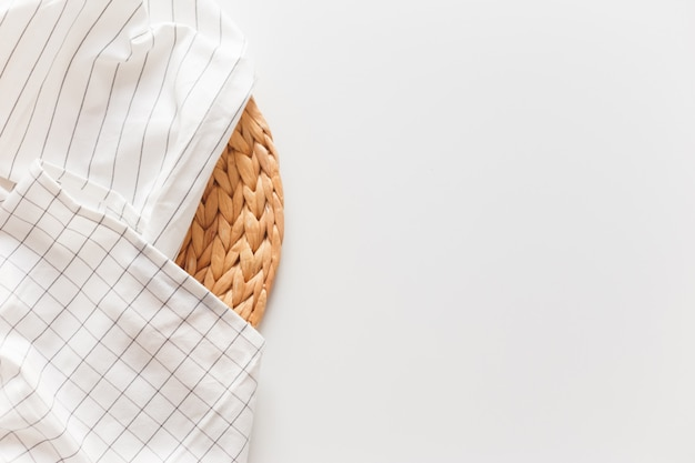 화이트 스트라이프 체크 무늬 식탁보와 고리 버들 플레이스 매트 흰색으로 격리