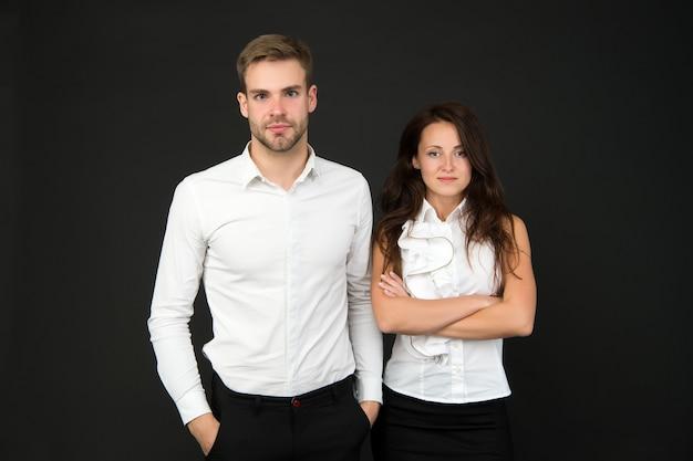 Белый стиль. деловая пара. деловая команда. концепция партнерства. офисная мода и корпоративная одежда. бизнесмен, генеральный директор. предприниматель и сотрудник. концепция запуска бизнеса. прекрасные люди.