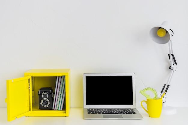 ノートパソコンと黄色のボックスで白と黄色の色で白いスタイリッシュな職場
