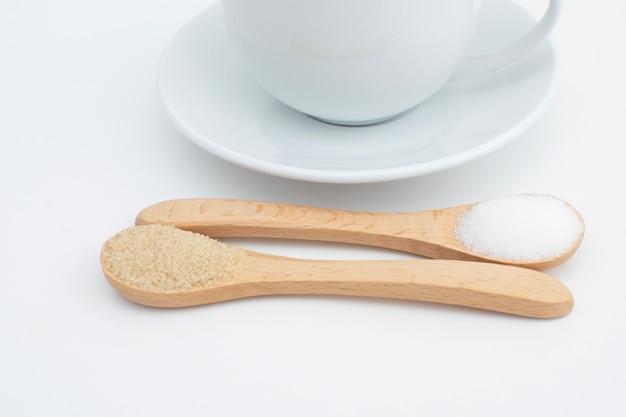 나무 차 숟가락에 흰 설탕과 갈색 설탕