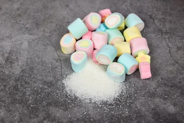 白い砂糖とカラフルなキャンディー甘いダイエット中の砂糖は肥満糖尿病を引き起こしません