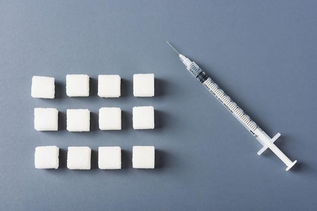 Белый сахар кубик сладкий пищевой ингредиент геометрический узор и трубка шприца