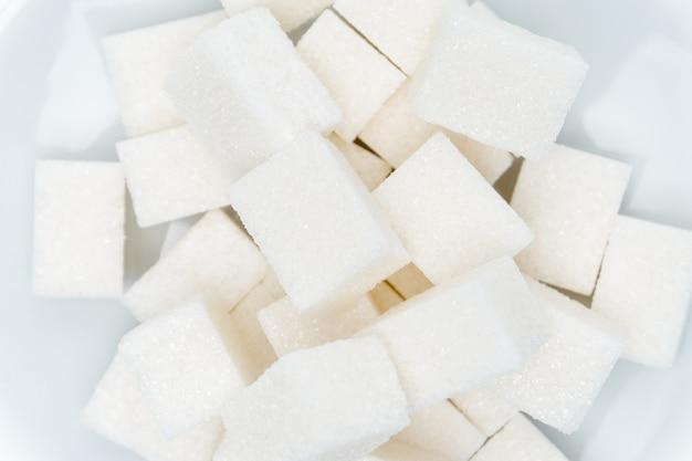 セラミックプレート上の白い砂糖の立方体