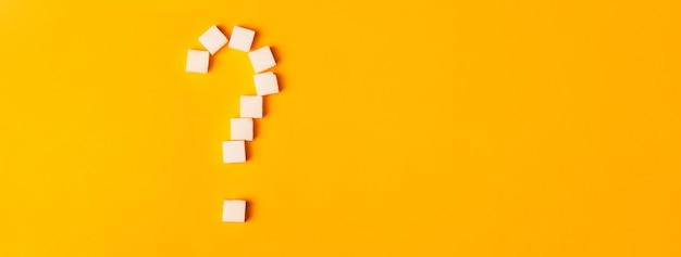 オレンジ色のクエスチョンマークの形をした白い角砂糖