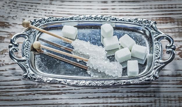 ヴィンテージの木製ボード上の白い砂糖キューブスティックトレイ