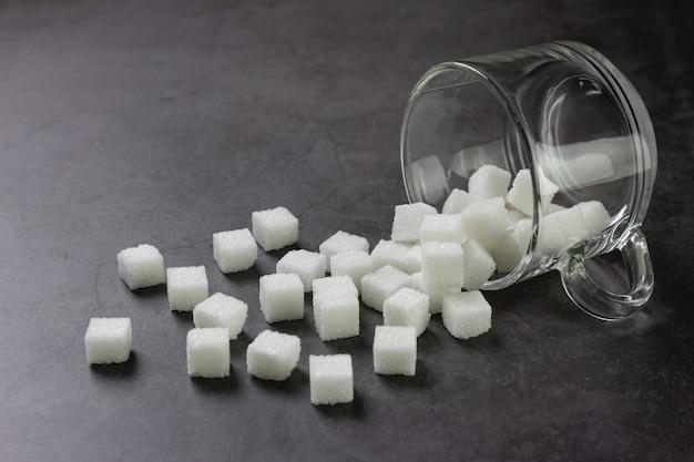 Куски белого сахара в кофейной чашке