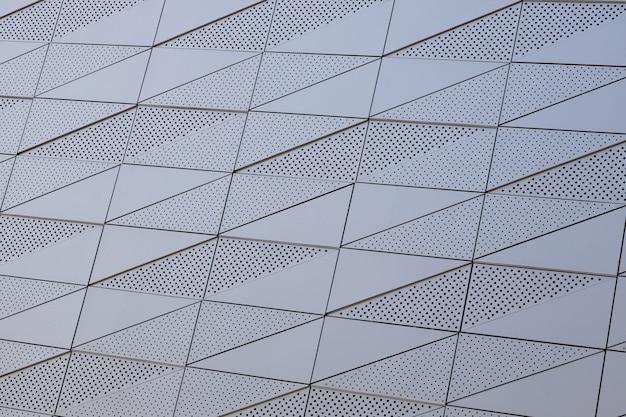 둥근 구멍이있는 매끄러운 벽의 흰색 표면