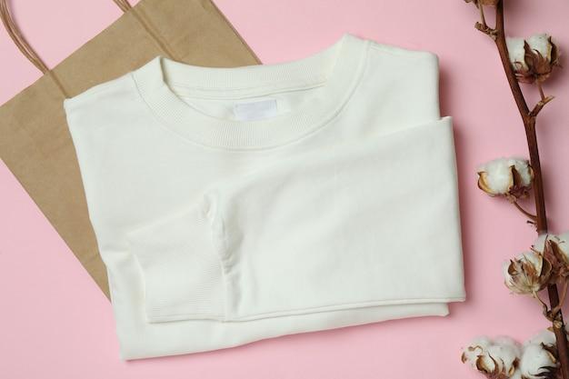 Белая толстовка, сумка и хлопок на розовом