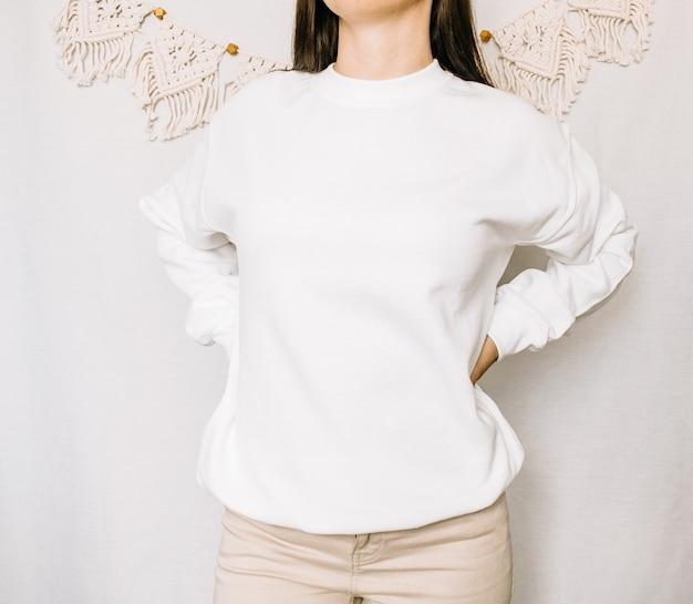 흰색 스웨트 셔츠 조롱 꽃과 함께 여성 착용 일반 까마귀 모형