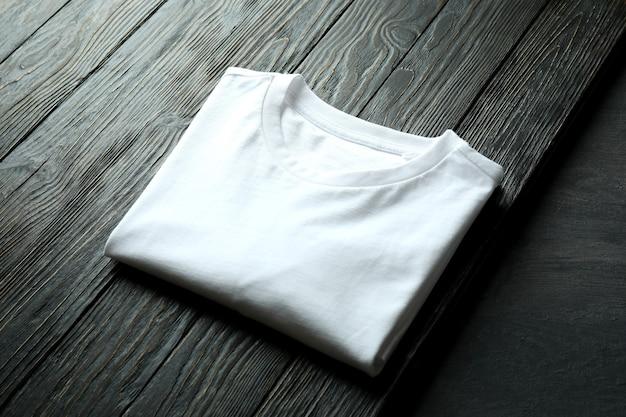 木製の背景に白いスウェットシャツ