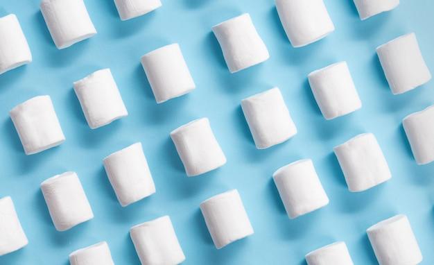 青いテーブル背景に白い甘いマシュマロ。