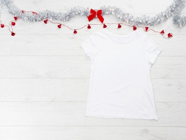 白いtシャツとクリスマスの飾り