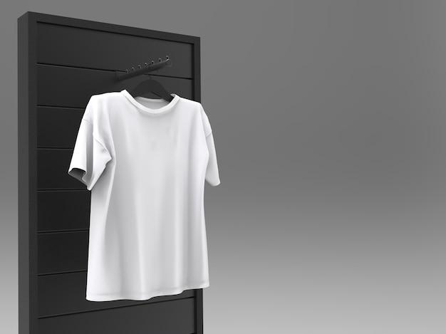 ぶら下がっている白いtシャツ