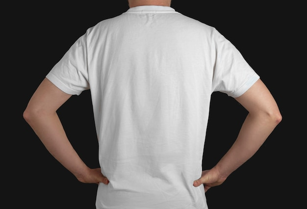 Белая футболка модель вид сзади