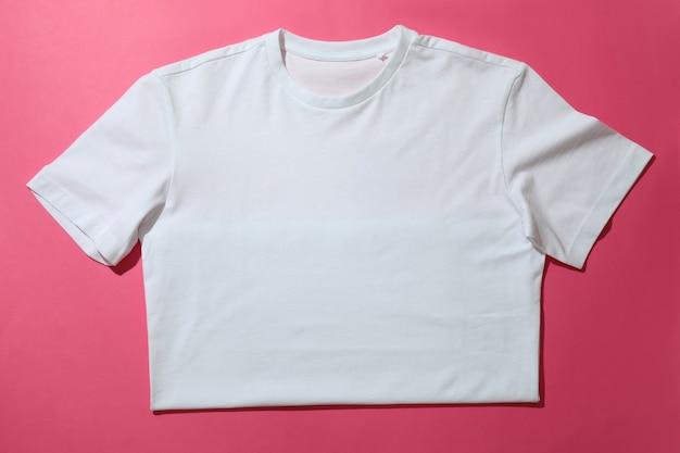 ピンクの背景に白いtシャツ