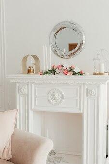 屋内植物のための白いテーブル。インテリアに生花。インテリア・デザイン