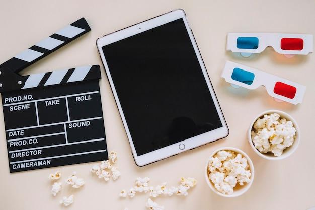 白いタブレットと映画の要素