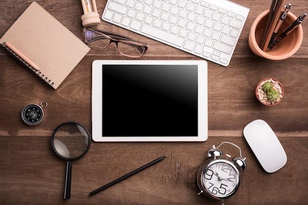 편지지 개체, 평면도와 나무 책상에 빈 화면이 흰색 태블릿