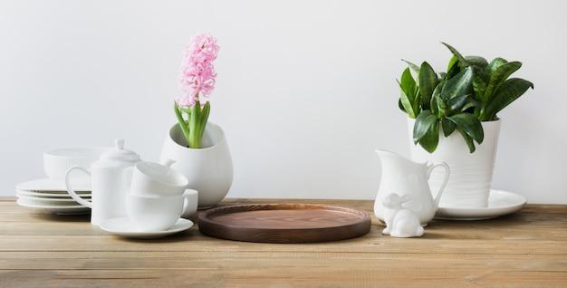 서빙 용 화이트 식기. 그릇, 접시,기구 및 흰색 테이블 위에 다른 흰색 물건