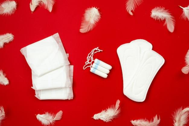 Белые тампоны, женские прокладки. концепция критических дней, менструация