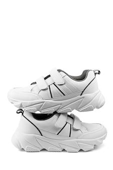 白い背景で隔離の白い10代のスニーカー、フィットネスやスポーツの靴