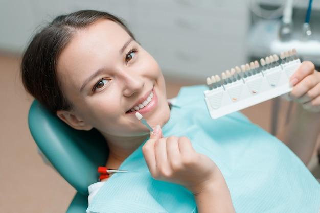 하얀 치아와 젊은 여자의 아름다운 미소. 치과 의사 클리닉에서 치아 표백.