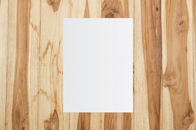 나무 배경에 흰색 템플릿 종이