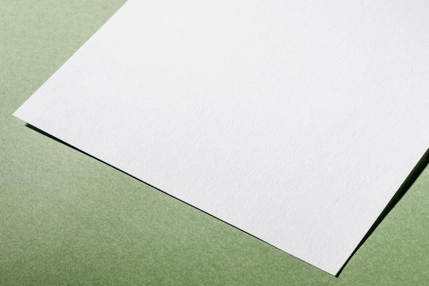 Белая текстурированная бумага крупным планом под высоким углом