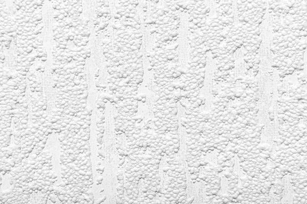 背景としての白いテクスチャ壁。
