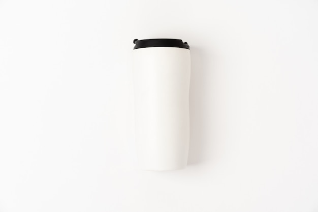 Белая термокружка с черной крышкой