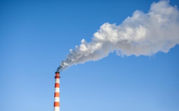 보일러 실 굴뚝에서 흰색 짙은 연기. 푸른 하늘에 대 한 연기. 대기 오염. 도시의 난방. 공업 지대.