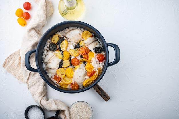 バスマティライスとチェリートマトと白いティラピアの魚、白い背景、テキストのコピースペースと上面図