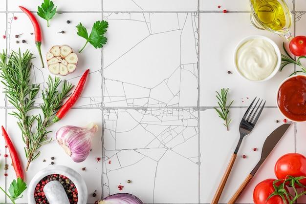 食品を調理するための材料と白いタイルのキッチンテーブル