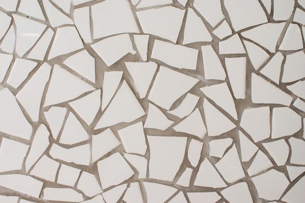 Белая плитка разной формы стены