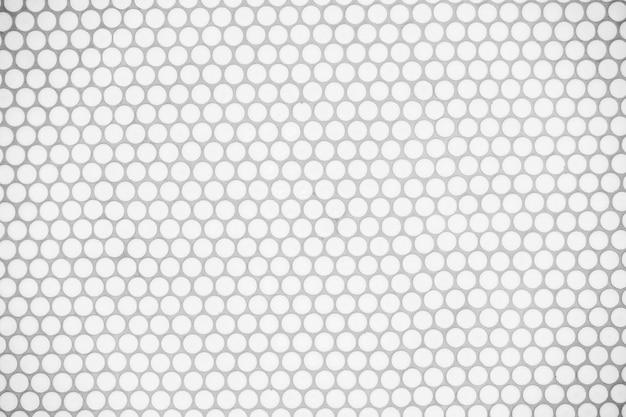 Muro di piastrelle bianche