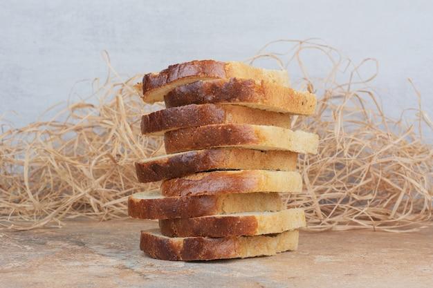 Fette di pane tostato bianco sulla tavola di marmo