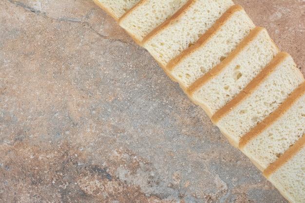 대리석 배경에 흰색 토스트 조각
