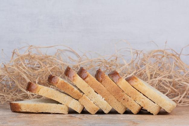 大理石のテーブルの上の白いトーストスライス