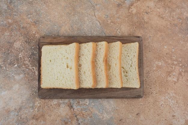 나무 보드에 화이트 토스트 조각