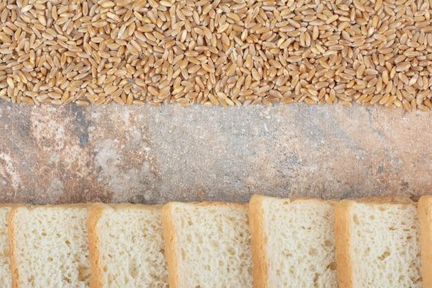大理石の背景に大麦と白パンのトーストスライス